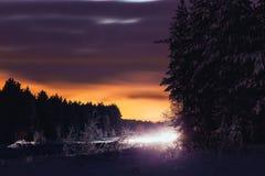 汽车的光在路的在夜之前 库存图片