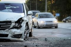 汽车的前面得到损坏由在路的崩溃事故 免版税库存照片