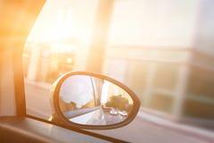 从汽车的动态看法在驱动期间的后视镜 免版税库存图片