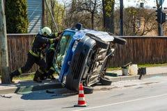 汽车的司机通过了交叉点对红灯的红色信号,他与另一辆汽车相撞,汽车 免版税库存图片