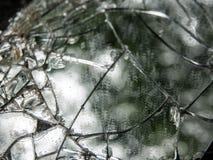 汽车的后视镜的残破的碎片纹理在柏油路的 免版税库存图片