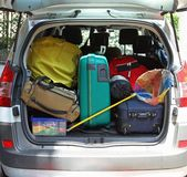 汽车的后车箱有捕鱼网和行李的请求准备好  免版税库存照片