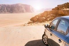 汽车的后面在一个看法的在沙漠 沙漠乔丹兰姆酒旱谷 日落 免版税图库摄影