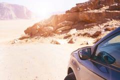 汽车的后面在一个看法的在沙漠 沙漠乔丹兰姆酒旱谷 日落 库存图片