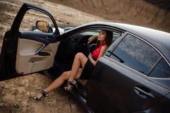 汽车的女孩 免版税库存照片