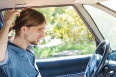 汽车的尖叫恼怒的人,当驾驶时 免版税库存照片