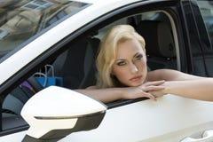 汽车的性感的女售货员 库存照片