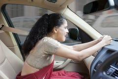 汽车的恼怒的印地安妇女 免版税图库摄影