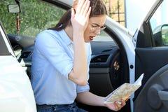 汽车的恼怒的失去的妇女 免版税库存照片