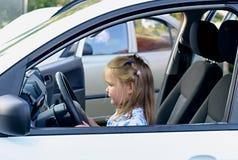 汽车的愉快的小女孩 免版税库存图片