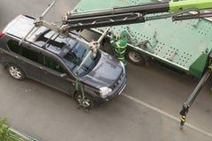 汽车的撤离错误停车处的在边路 莫斯科/俄罗斯- 2019年5月 免版税库存照片