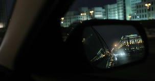 从汽车的旁边镜子的看法 圣诞节城市神仙的拉脱维亚晚上地方上的短期相似的传说 股票视频
