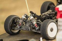 汽车的无线电操纵的模型维护在断裂betw的 免版税库存照片