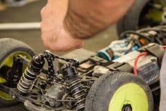 汽车的无线电操纵的模型维护在断裂betw的 免版税库存图片