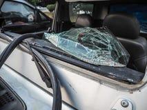 汽车的残破的前窗 库存照片