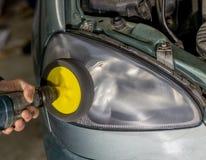 汽车的灯或擦亮前面的车灯,更新的前灯 免版税图库摄影