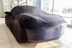 汽车的维护外套遮篷,蓝色,由特别织品制成,定制在汽车修理店,盖昂贵的体育 免版税库存照片