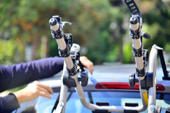 汽车的自行车持有人 库存图片