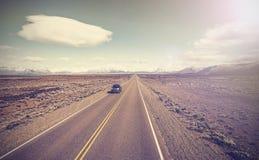 汽车的葡萄酒图片在不尽的国家高速公路,芸香40的 库存图片