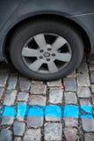 汽车的蓝色停车区在城市 免版税库存图片