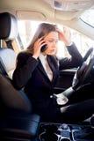 汽车的被注重的女实业家 库存照片