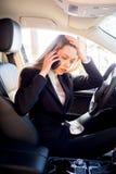 汽车的被注重的女实业家 库存图片