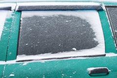 汽车的被雪包围住的侧面窗在暴风雪的 库存照片