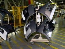 汽车的身体的后面翼在支持的在t装配车间  免版税图库摄影