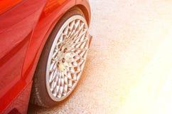 汽车的轮子接近,盘是银色的 库存图片