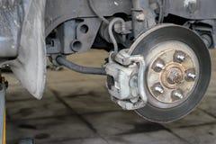 汽车的轮子曲拱有被去除的轮子的 免版税库存照片