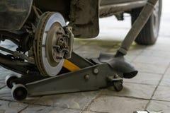 汽车的轮子曲拱有被去除的轮子的 库存照片
