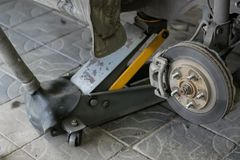 汽车的轮子曲拱有被去除的轮子的 免版税库存图片
