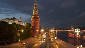 汽车的运动在克里姆林宫附近的在莫斯科在晚上 股票视频