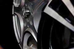 汽车的银色轮子 免版税库存照片