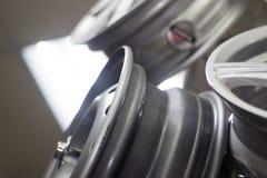 汽车的银色轮子 免版税库存图片