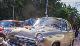 汽车的陈列在阿穆尔河畔共青城减速火箭的汽车和调整的汽车的夏天 免版税库存照片