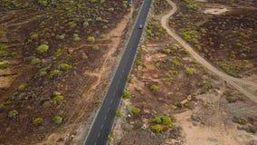 汽车的顶视图沿沙漠路乘坐 股票视频