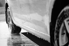 汽车的黑白照片,在水槽,当清洁剂应用 库存照片
