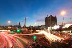 从汽车的baeutiful颜色光在城市 免版税库存照片