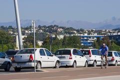 汽车看法在马赛,法国停放了 山在背景中 库存图片