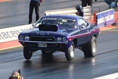 汽车短程加速赛推托挑战者肌肉汽车 库存照片