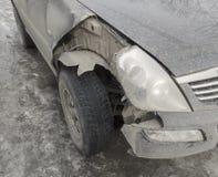 汽车碰撞了细节 前面残破的零件汽车 库存图片