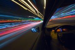 汽车移动以了不起的速度 免版税库存图片