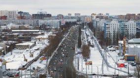 汽车移动在路在城市在冬日,顶视图 股票视频