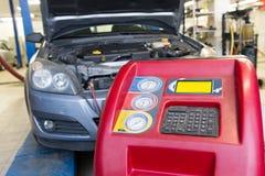 汽车空调服务机器 免版税库存图片