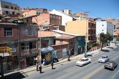 汽车站的人们和汽车在拉巴斯市,玻利维亚 库存图片