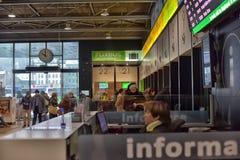 汽车站的人们 免版税图库摄影