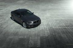 汽车站立在铺石空的停车场的BMW小轿车E92在白天 库存照片
