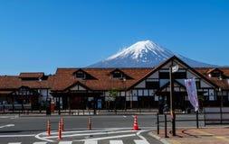 汽车站,富士山背景 免版税库存照片