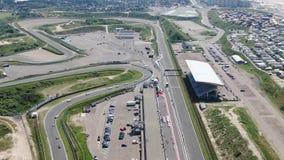 汽车竞赛在Zandvoort村庄的赛马跑道空中4k录影在荷兰 股票视频
